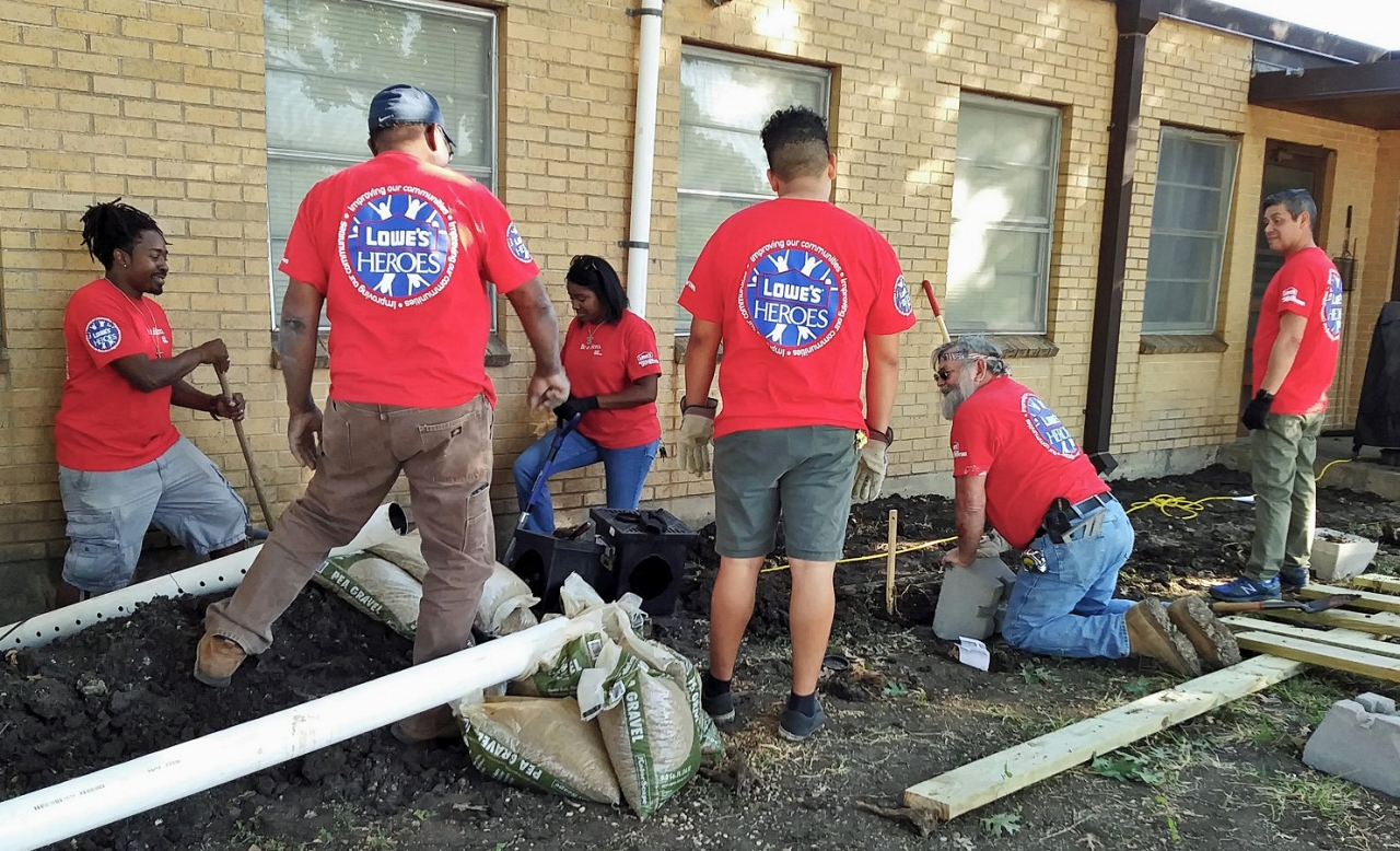 Lowe's Heroes Help Keep Dallas Beautiful Create Outdoor ... on Lowes Outdoor Living id=46234
