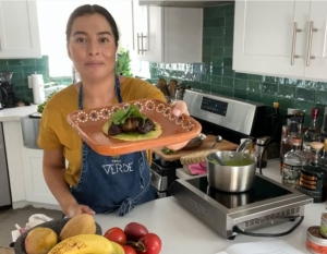 Jocelyn Ramirez, founder of Todo Verde, shared her healthy vegan twist on a classic Mexican dish, Mole Verde con Champinoñes.